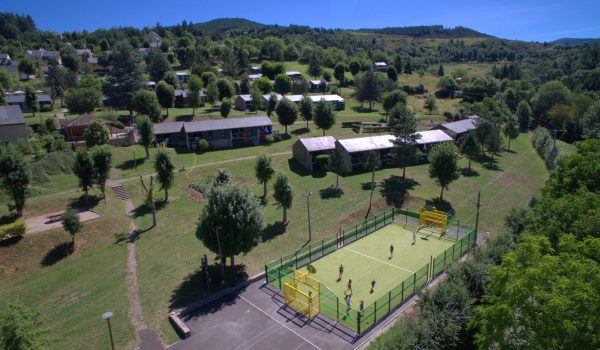 villages-vacances-meyrueis-terrain-multi-sport